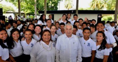 El gobernador Arturo Núñez impulsa a la juventud tabasqueña.